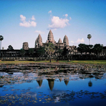 800px-Image-Angkor_Wat_from_north_pond_2