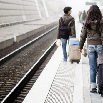 800px-People_waiting_a_train_in_Oriente_rail_station