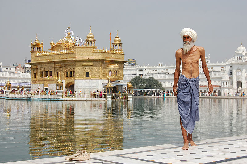 800px-Sikh_pilgrim_at_the_Golden_Temple_(Harmandir_Sahib)_in_Amritsar,_India