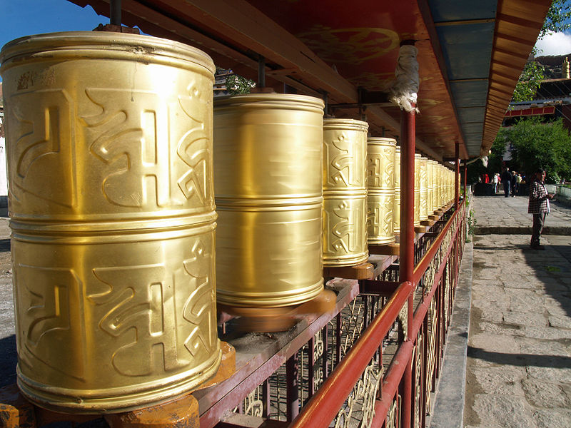 800px-Prayer_wheels_in_Gyantse